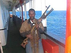 Двама сомалийски пирати бяха убити при престрелка с британски кораб