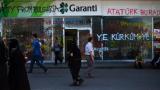 Демонстрантите в Турция взимат на прицел вече и банки