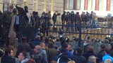 Източна Украйна пламна: Проруски демонстранти щурмуват сгради на властта (НА ЖИВО)