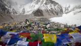 Жертвите на лавината под Еверест станаха 12 (ВИДЕО)