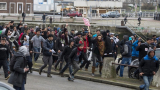 Шок и ужас в Кале! Бежанци щурмуваха пристанище и завзеха ферибот (ВИДЕО)