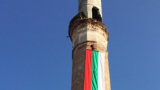 Националист закичи старата джамия в Гоце Делчев с българския трибагреник