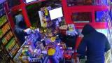 Маскирани бандюги опряха пистолет в главата на продавачка от Шумен и... (ВИДЕО)