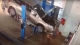 Ужасяващ момент: Кола падна от подемник в автосервиз и премаза монтьорите под нея (ВИДЕО 18+)