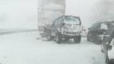 Обилен снеговалеж блокира Предела