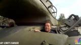 Ще газим всичко наред: Арнолд Шварценегер и Джей Лено сплескаха лимузина с танк (УНИКАЛНО ВИДЕО)