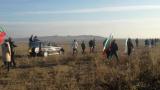 "Протестиращи ""атакуват"" магистрала ""Тракия"" през нивите в Старозагорско! Огромен кордон полицаи ги причакаха и... (СНИМКИ)"