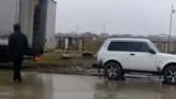 """Лада Нива"" влачи  огромен ТИР като детско камионче (ВИДЕО)"