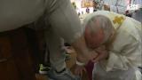 Папа Франциск изми и целуна краката на 12 затворници