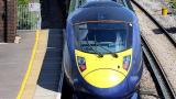 Англичанин изнасили девойка в тоалетната на влак, докато жена му хлопаше по вратата СНИМКИ