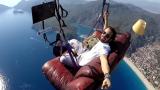 Турчин постави диван и телевизор на парапланера си и полетя ВИДЕО