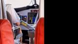 Странната поза на пилот на самолет подлуди мрежата ВИДЕО