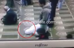 Смъртта на мюсюлманин по време на молитва трогна мрежата (ВИДЕО)