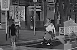 Нощен кютек: 4 пияни мургави бият на убиване 2 момичета, таксиджии гледат сеир (ВИДЕО)