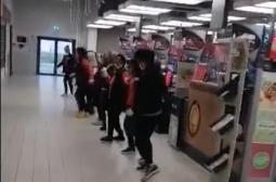 Персоналът на столичен хипермаркет бори коронавируса с Дунавско хоро ВИДЕО