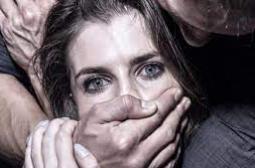 Ужасяващо: Бежанци изнасилиха групово туристка, която им предложи помощ
