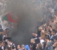 БЛИЦ TV: Огън и пушек, горят шалчета и дрехи