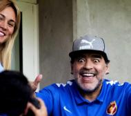 Годеницата на Марадона го изгони от дома му!
